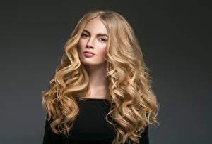 Фотография Серый фон Блондинка Волосы Смотрит Девушки