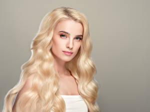 Обои Серый фон Блондинка Волосы Смотрит Девушки