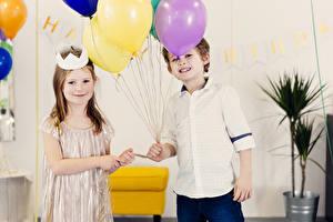 Картинки Праздники Мальчики Девочки Две Воздушный шарик ребёнок