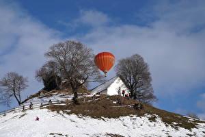 Фото Здания Зима Холмы Деревья Воздушный шар Снегу Природа