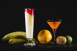 Фотография Сок Бананы Апельсин Киви Лайм На черном фоне Бокалы Еда