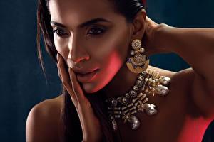 Фотография Губы Пальцы Украшения Индийские Ожерелье Лица Взгляд Руки Серьги Девушки