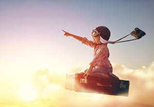 Картинка Девочка Шлем Чемоданы Полет Фотокамера Дети