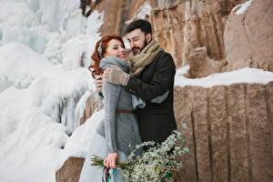 Фотографии Любовь Зимние Мужчины 2 Рыжая Улыбка Объятие Девушки