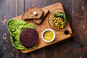 Обои Мясные продукты Хлеб Зеленый горошек Разделочной доске Продукты питания