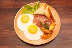 Фотографии Мясные продукты Хлеб Картошка Тарелка Яичница