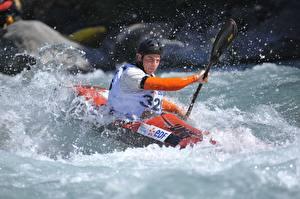 Картинки Мужчины Лодки Шлем Брызги Rafting Спорт
