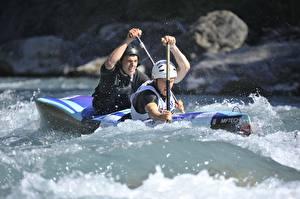 Фотографии Мужчины Лодки Рафтинг 2 Брызги Шлема спортивные