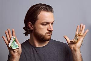 Фотография Мужчина Пальцы Деньги Купюры Часы Карманные часы Сером фоне Руки Борода