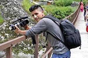 Картинка Мужчины Фотограф Смотрит Фотоаппарат Природа