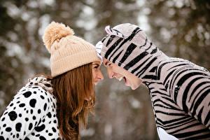 Фотография Мужчина Двое Шатенки В шапке Униформе Радость Девушки