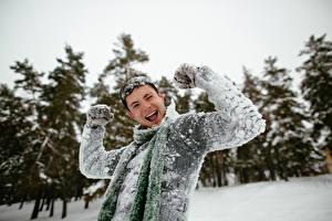 Картинка Мужчины Зима Счастье Снег Руки