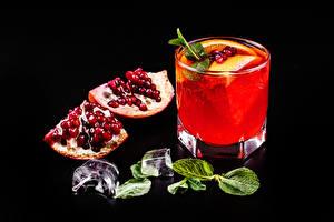 Фото Гранат Алкогольные напитки Коктейль Черный фон Зерна Лед Рюмка Листва Еда