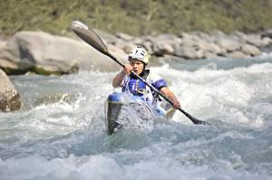 Картинка Речка Лодки Рафтинг С брызгами Шлем спортивные
