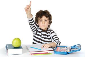 Обои Школьные Пальцы Яблоки Белом фоне Мальчишка Книги Карандаша Дети