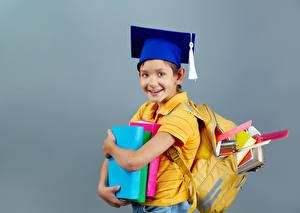 Обои Школа Серый фон Мальчики Книга Шляпа Улыбка ребёнок