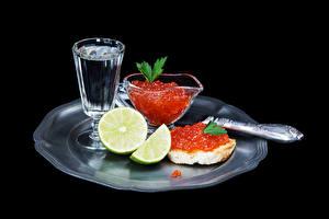 Фотография Морепродукты Икра Бутерброд Водка Лайм На черном фоне Рюмка
