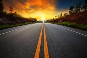 Картинки Рассветы и закаты Дороги Асфальта Полосатый Природа