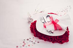 Картинки День святого Валентина Серый фон Тарелка Ложка Вилка столовая Сердца Бантик Пища