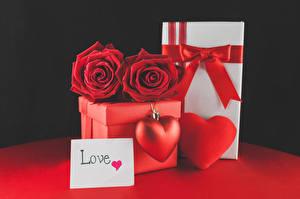 Картинки День всех влюблённых Розы Черный фон Английский Подарки Коробка Красный Сердечко Бантик Цветы