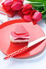 Картинка День всех влюблённых Сладости Пирожное Ножик Желе Тюльпаны Сердце Продукты питания