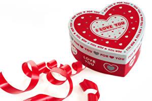 Картинка День всех влюблённых Белый фон Английский Ленточка Сердечко Коробка