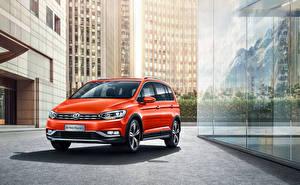 Фотографии Volkswagen Оранжевый 2018-19 Cross Touran L Машины