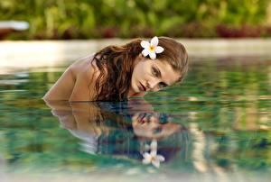Фотографии Вода Шатенка Отражение Смотрит Девушки