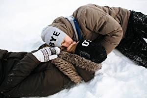 Картинка Зима Любовь Мужчина Влюбленные пары 2 Целоваться Шапка Снег молодые женщины