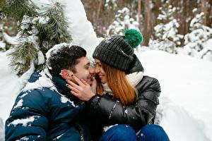 Обои Зима Мужчины Любовь Влюбленные пары Двое Шатенки Рука Девушки