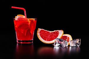 Фото Алкогольные напитки Коктейль Грейпфрут Черный фон Рюмка Лед