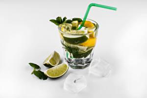 Обои Алкогольные напитки Коктейль Лайм Мохито Белым фоном Рюмка Продукты питания