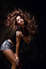 Обои На черном фоне Шатенки Волосы Танцует Руки девушка