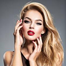 Фотографии Блондинка Лицо Взгляд Мейкап Волосы Руки Красные губы Красивые Девушки