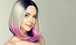 Картинка Блондинка Волосы Мейкап Смотрит Лицо Цветной фон