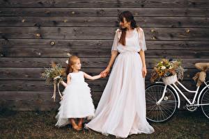 Картинка Букеты Доски Невесты Две Девочка Шатенки Платье Девушки Дети