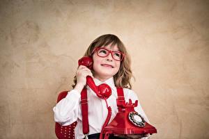 Фото Мальчишки Телефон Очки Улыбается ребёнок