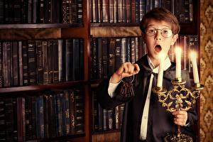 Картинка Свечи Книги Мальчики Очках Замковый ключ Удивление Дети