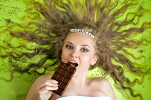 Картинка Шоколад Цветной фон Шатенка Взгляд Волосы Девушки