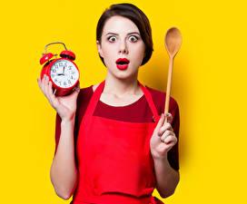 Картинка Часы Будильник Цветной фон Шатенки Удивлена Ложка молодые женщины