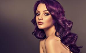 Обои Цветной фон Волосы Смотрит Лицо Девушки