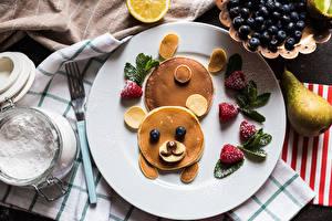 Фото Креатив Блины Медведь Клубника Черника Груши Сахарная пудра Тарелке Еда