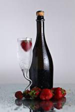 Картинка Напитки Клубника Бутылка Бокалы Капли Пища
