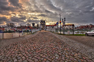 Фотография Германия Здания Речка Мосты Вечер Уличные фонари Greifswald