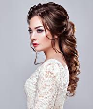 Обои Серый фон Шатенка Волосы Взгляд Красивые Девушки