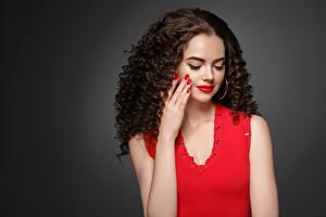 Фото Серый фон Шатенка Волосы Красные губы Руки Маникюр Девушки