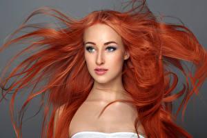 Картинки Серый фон Рыжая Волосы Лицо Смотрит Девушки