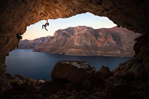 Фотографии Греция Гора Камни Альпинизм Пещеры Залив Альпинист Скала Kalymnos Природа Девушки