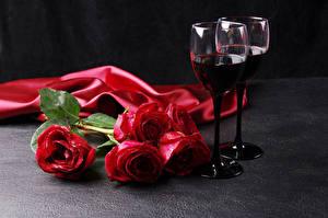 Фотографии Праздники Розы Вино Красный Бокалы Цветы