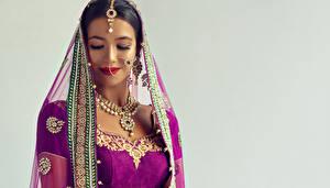Фотография Украшения Индийские Ожерельем Серый фон Брюнетка Девушки